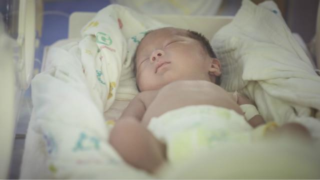 托起早产宝贝的希望